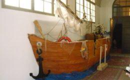 Bar - pódium ve tvaru lodi